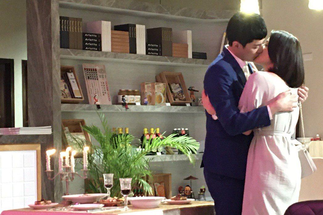 蘇晏霈(右)、王凱在「多情城市」為確認彼此感情熱吻。圖/民視提供