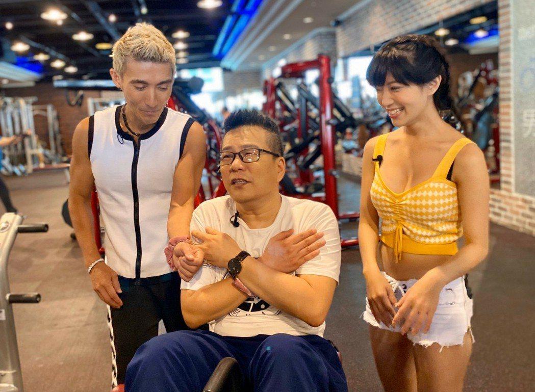 沈玉琳(中)主持節目,死敵潘若迪(左)特來捧場,右為助理主持人派派。圖/民視提供