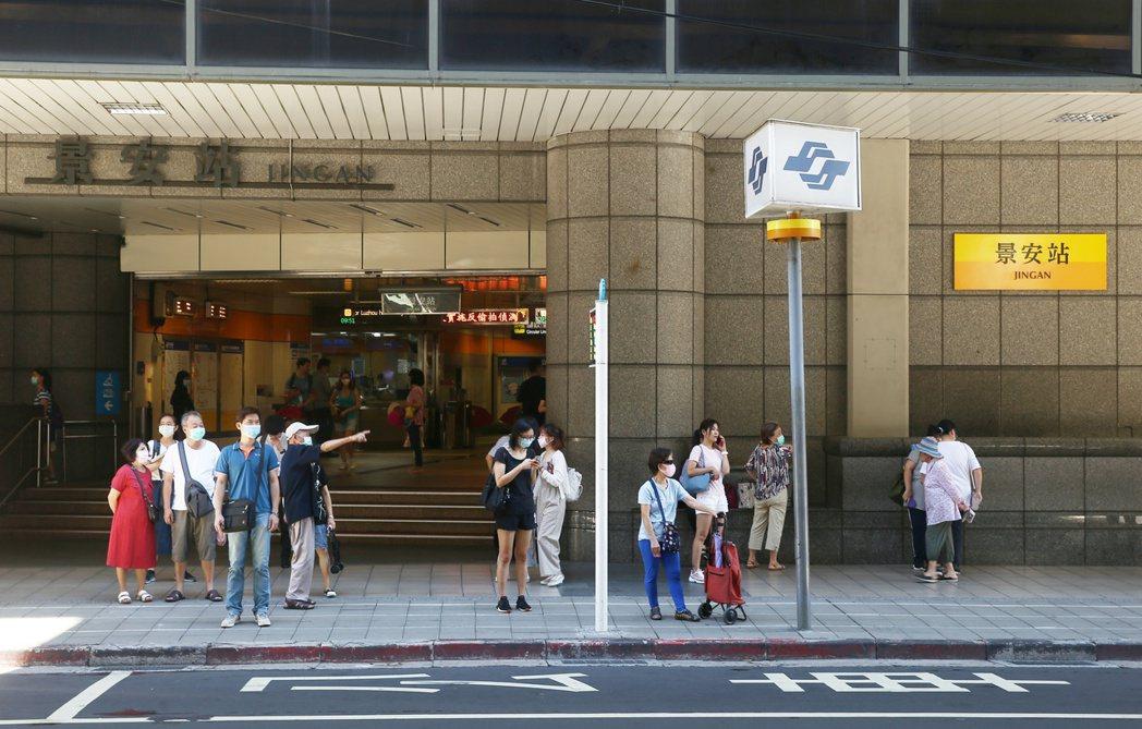 捷運景安站周邊交通便捷、機能發達,房市買氣居高不下。 記者曾原信/攝影