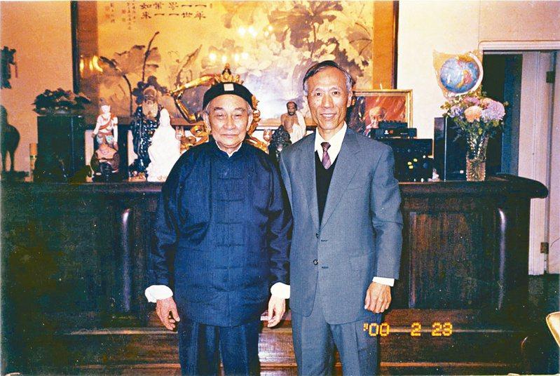 杜忠誥(右)與南懷瑾在香港南先生寓所合影。(圖╱養龢齋提供)