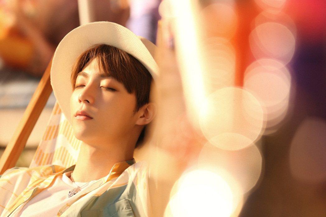 陳立農在「夏日滋味」MV中展現陽光魅力。圖/環球提供