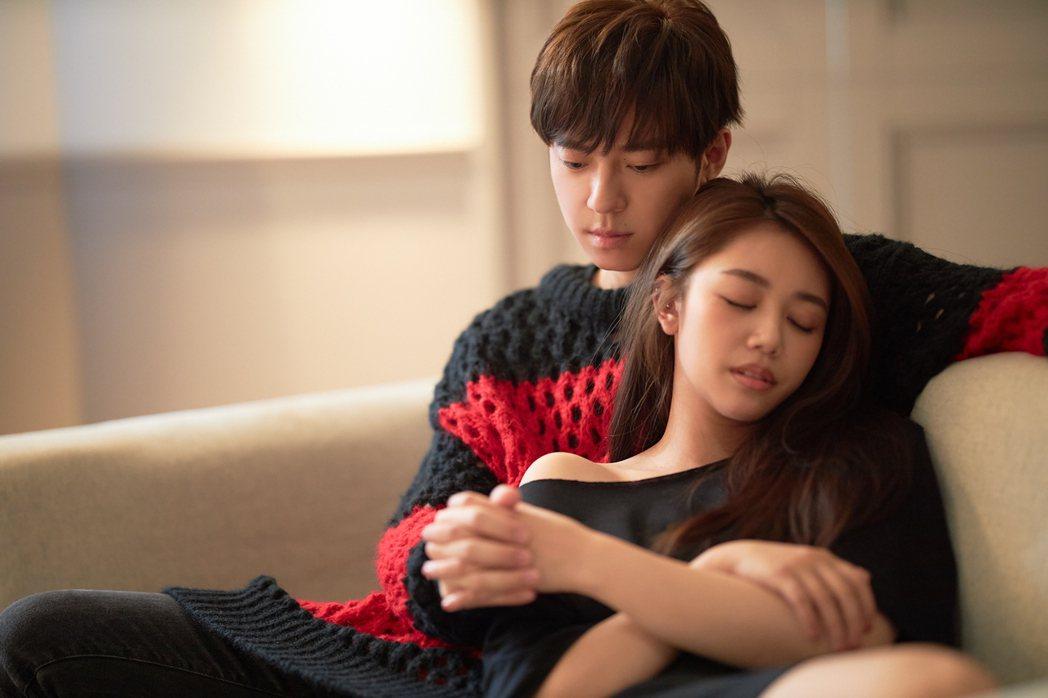 GJ(左)與林茉曦在MV有不少親密互動戲。圖/索尼音樂提供