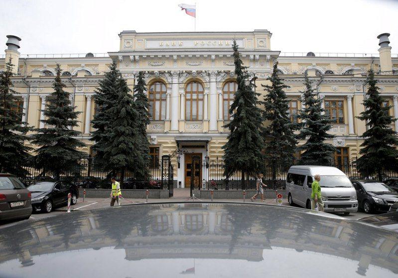 俄國央行19日將基準利率調降4碼至4.5%。路透