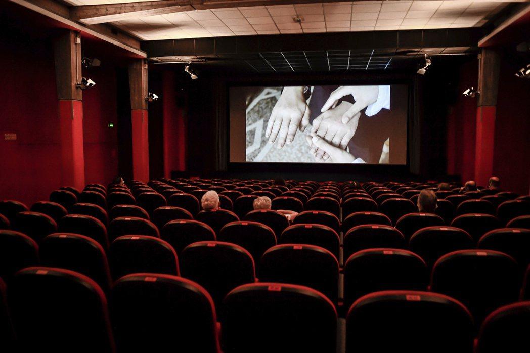 戲院重新開放後,觀眾人數稀少,場面冷冷清清。圖/美聯社資料照片
