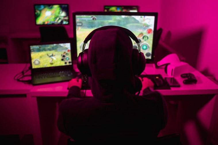 如果上網打遊戲到無法自拔,嚴重影響日常生活平衡,就要留意是否有網路遊戲成癮的狀況...