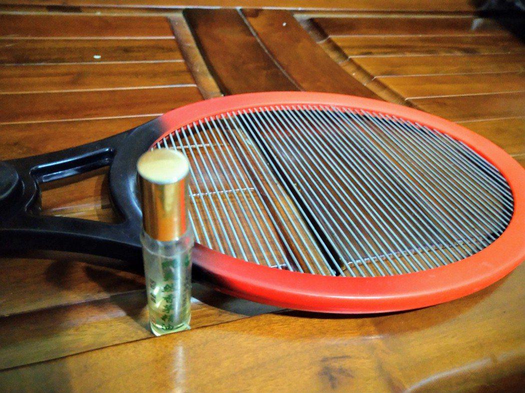 我會在客廳、臥室都準備好一支電蚊拍,一看到蚊子,馬上啪的一聲消滅牠,也隨身攜帶滾...