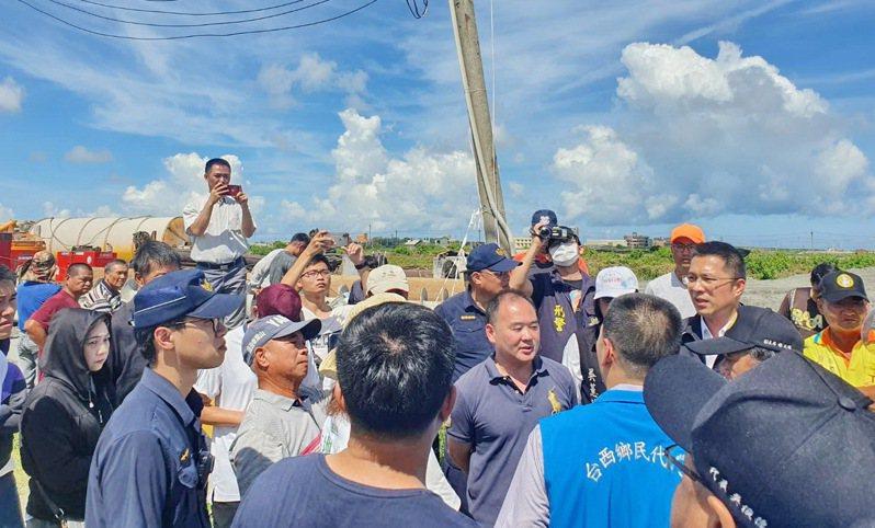 台西鄉內養殖區第一座風電開工馬上遭到養殖業者阻攔抗議,工程被迫停工。記者蔡維斌/攝影