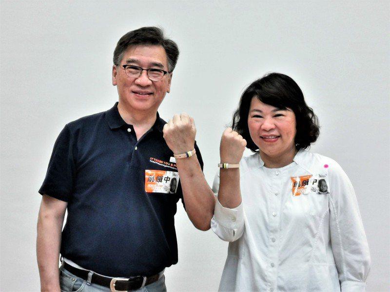 嘉義市長黃敏惠(右)和台灣世界展望會長王偉華(左)共同戴上愛心手環,參加飢餓30、體驗飢餓8小時活動。記者卜敏正/攝影