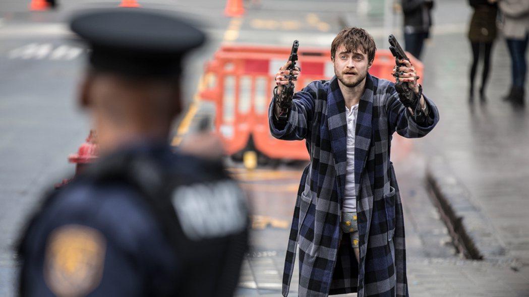 《玩命Online:雙槍對決》丹尼爾雙手釘槍脫褲趴趴走,被警察攔截。捷傑提供