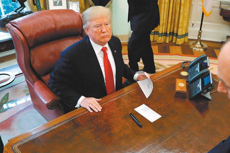 白宮前國安顧問波頓即將出版新書,揭露川普常比喻大陸有如他常用的這張白宮大型辦公桌,台灣則是桌上那枝筆的小筆尖。(路透資料照片)