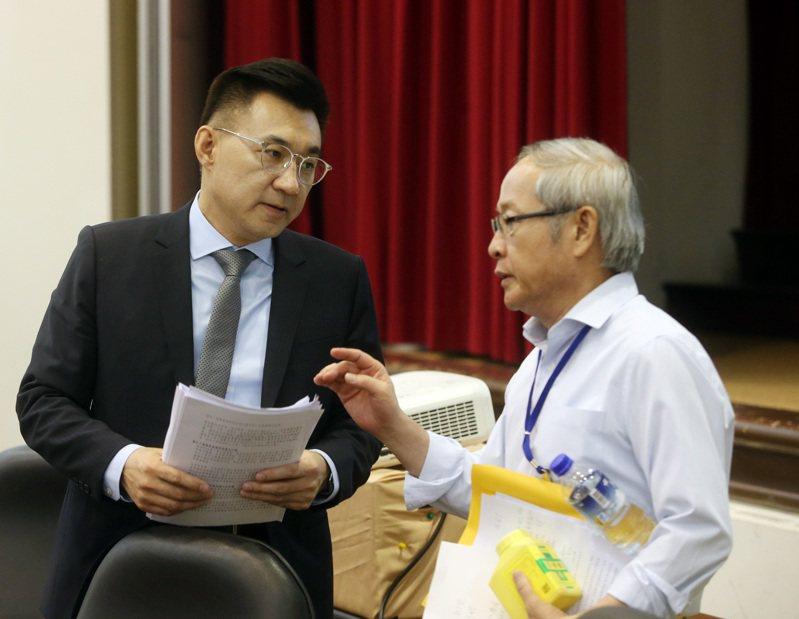 國民黨昨天召開改革委員會全體會議,主席江啟臣(左)和兩岸論述召集人林郁方(右)交換意見。記者曾吉松/攝影
