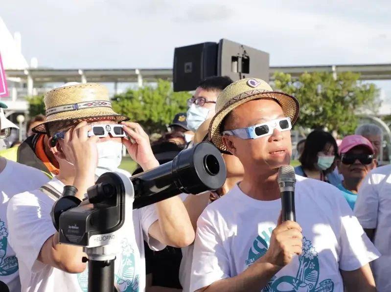嘉義縣長翁章梁(右)最近邀衛福部長陳時中(左)戴觀日太陽濾鏡,宣傳周日日環食活動。 圖/嘉義縣府提供