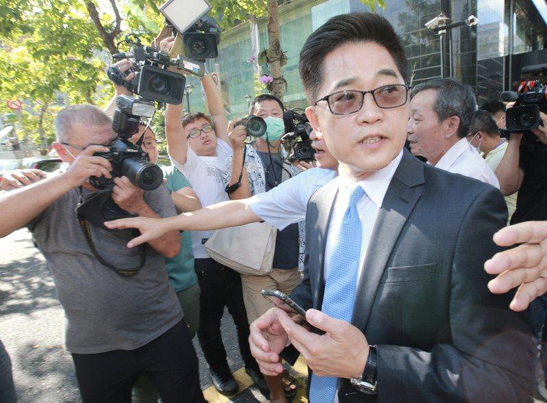 執政黨欲提名國民黨籍台東縣前縣長黃健庭(右)出任監察院副院長。  本報資料照
