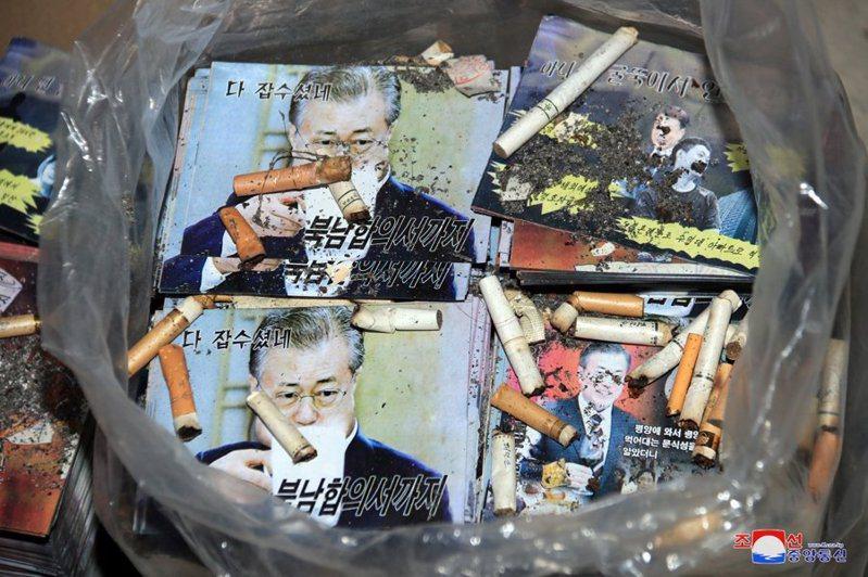 朝中社發布照片,強調出版部門大量印刷傳單已堆積如山。其中一張照片則是工人將菸蒂丟在南韓總統文在寅肖像上,透露濃濃的侮辱意味。 朝中社