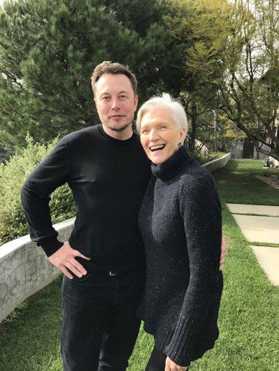 梅伊和大兒子伊隆。 圖/Maye Musk提供