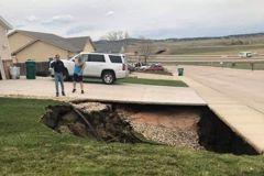 民宅前突下陷出現「天坑」下探驚見大範圍坑道和廢棄車輛