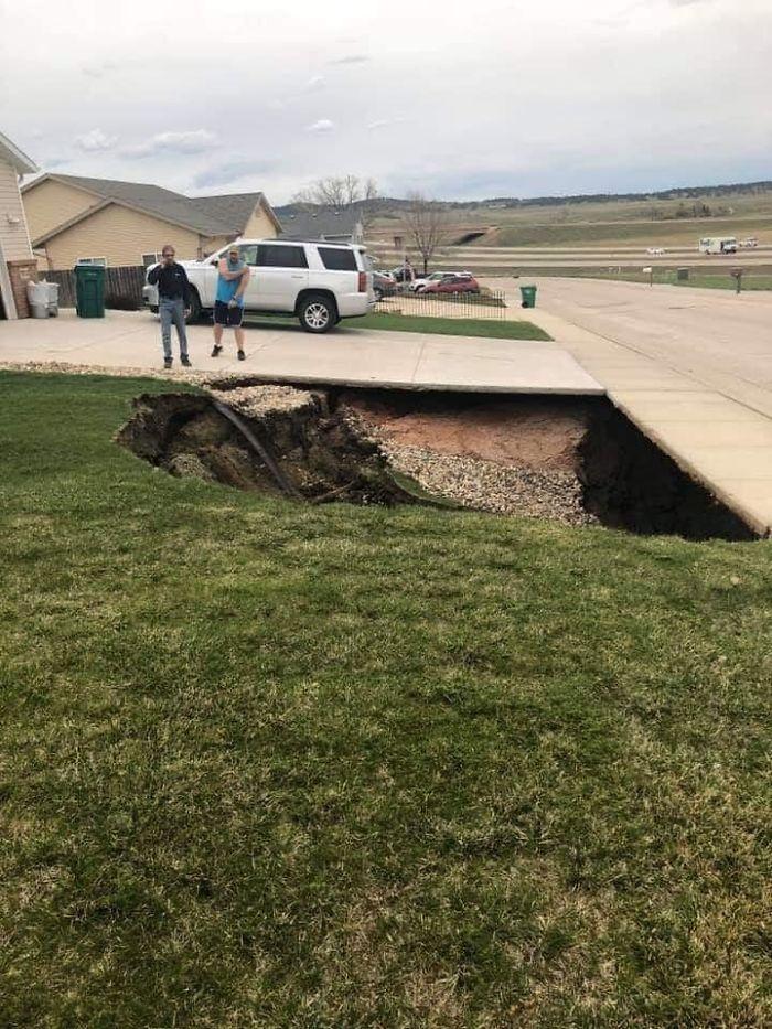 美國南達科他州黑鷹市一處民宅前近期出現天坑。圖擷自boredpanda