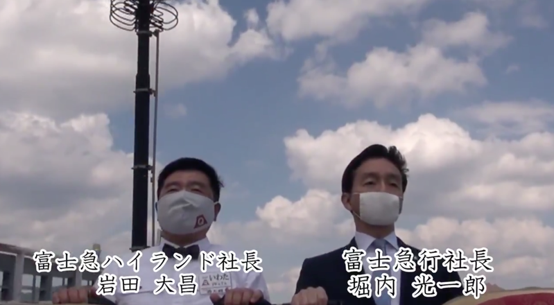 日本富士急樂園請到兩位社長親自示範搭雲霄飛車不尖叫。圖擷自Twitter
