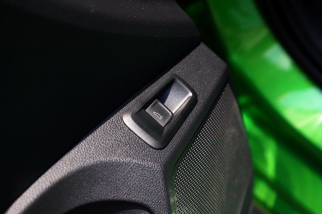 行李箱電動啟閉尾門為標準配備。 記者張振群/攝影