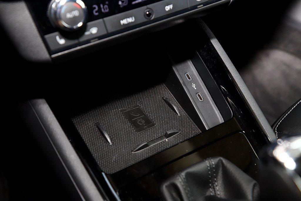 許多車款都列為選配的手機無線充電板,在Skoda Scala則全都列為標配。 記...