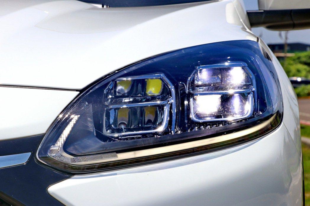 倒鉤形LED日行燈與LED雙層矩陣型頭燈依然具備不錯的科技感受。 記者陳威任/攝...