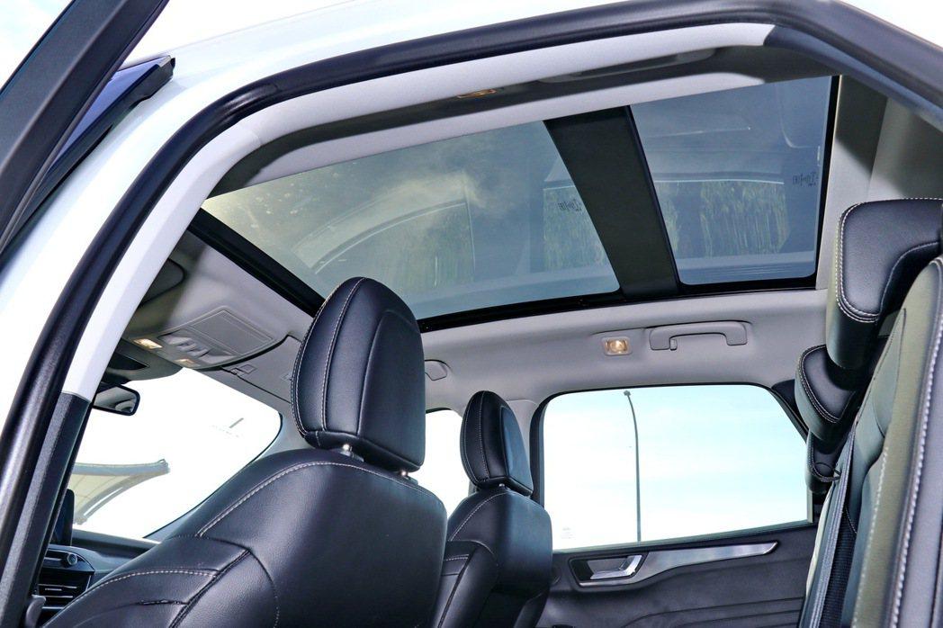 全景式電動天窗讓車內各處都有風景。 記者陳威任/攝影