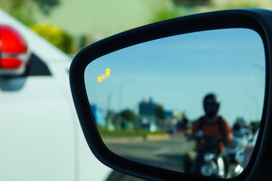 BLIS視覺盲點偵測系統(附CTA倒車來車警示系統)。 記者趙駿宏/攝影