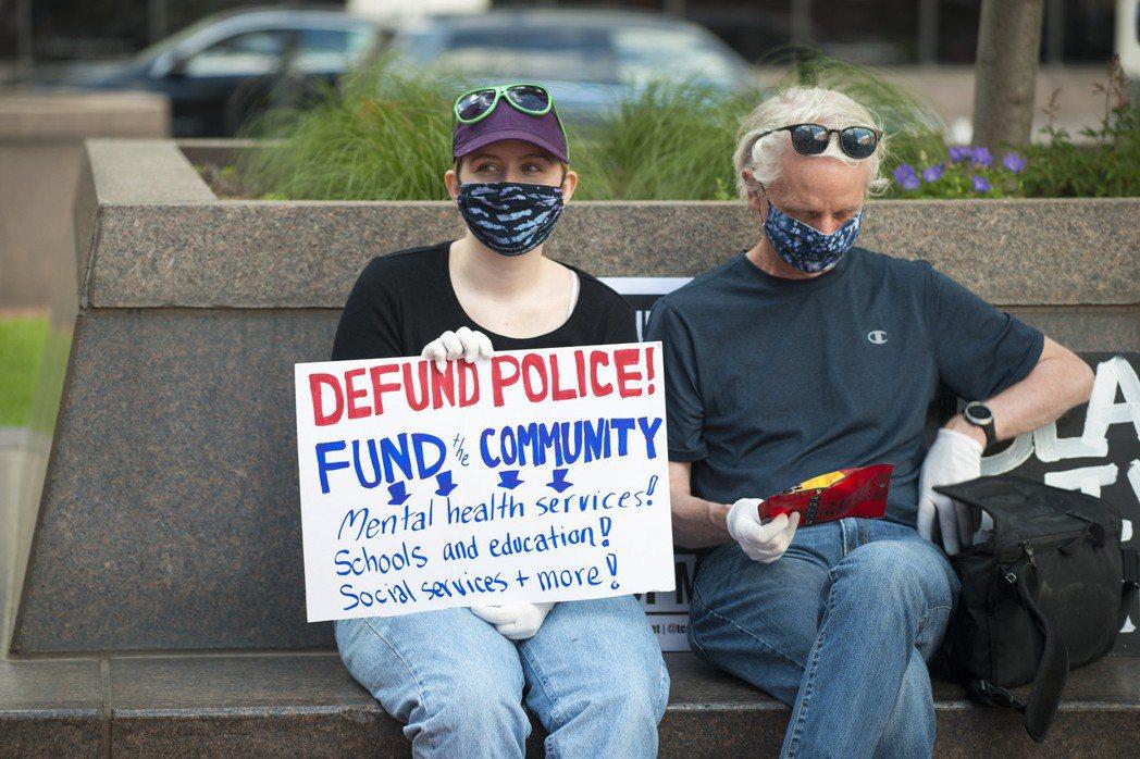 「Defund Police」主張,與其給警察更多攻擊武器的預算,不如拿來改善非...