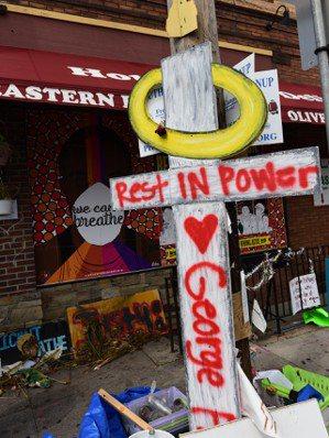 喬治.佛洛依德之死只是美國種族問題的引線,圖中寫著「Rest In Power」...