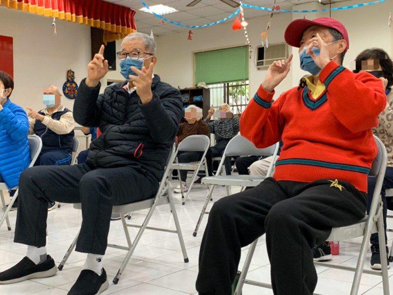 王建煊(黑衣)與妻子蘇法昭(紅衣)在日照中心做運動,他們希望能透過建造天使居,讓老人們能獲得更好的照顧。圖/無子西瓜基金會提供