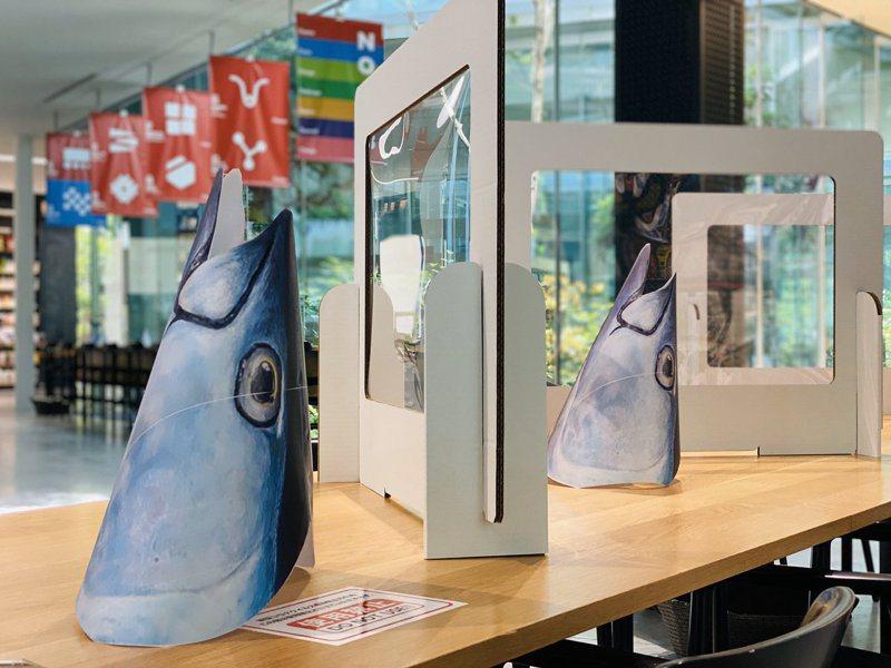 近畿大學的鮪魚防疫隔板,在網路上引發話題。(圖/近大推特)