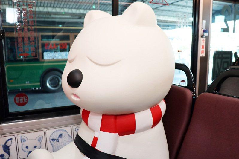 民眾搭文創公車,有機會與萌萌大白熊不期而遇。圖/嘉義市政府提供