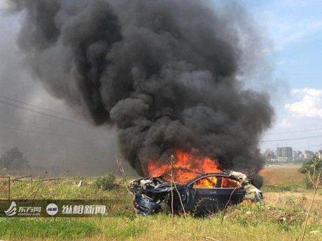 特斯拉又傳火燒車意外! 車輛自行加速且剎車無效!