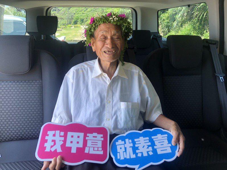 83歲旭海阿伯林春浦,過去33年來每天挨家挨戶載當地長者下山就醫、代購。 記者侯俐安/攝影