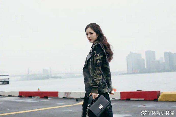 楊冪的爸爸秀出女兒的酷照。圖/摘自微博