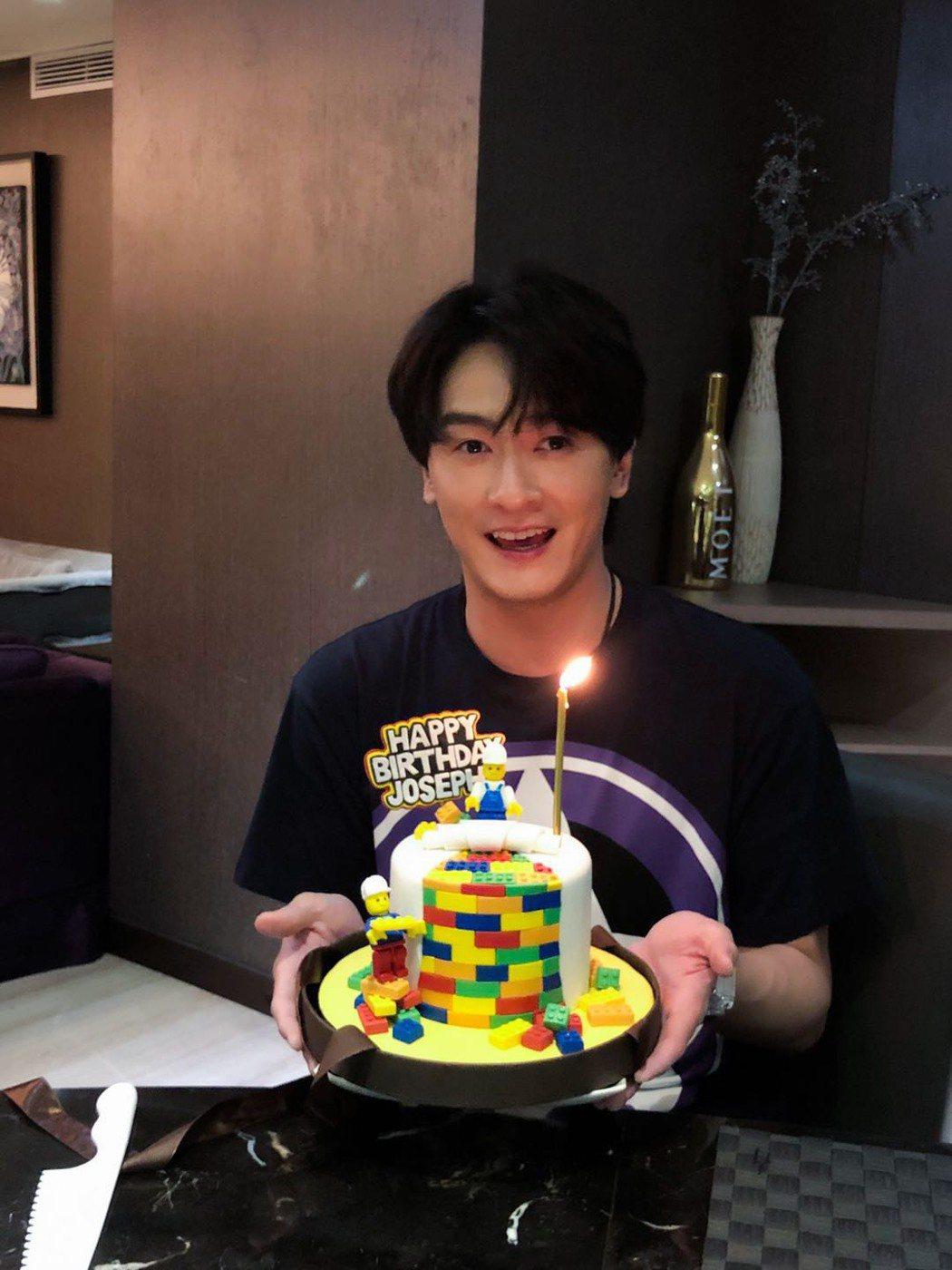 鄭元暢收到好友們送的樂高蛋糕,開心慶生。圖/最大國際娛樂提供