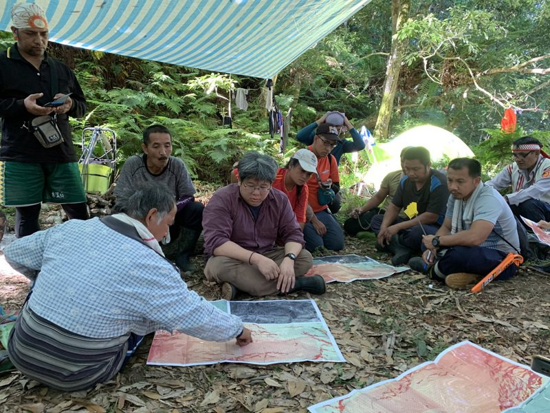 中研院史語所團隊帶著布農族人勘查阿桑來戛舊社祖居地。圖/花蓮縣文化局提供