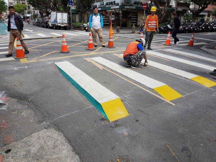 北市交通管制工程處2018年試辦3D斑馬線,但評估成效不顯著。圖/報系資料照