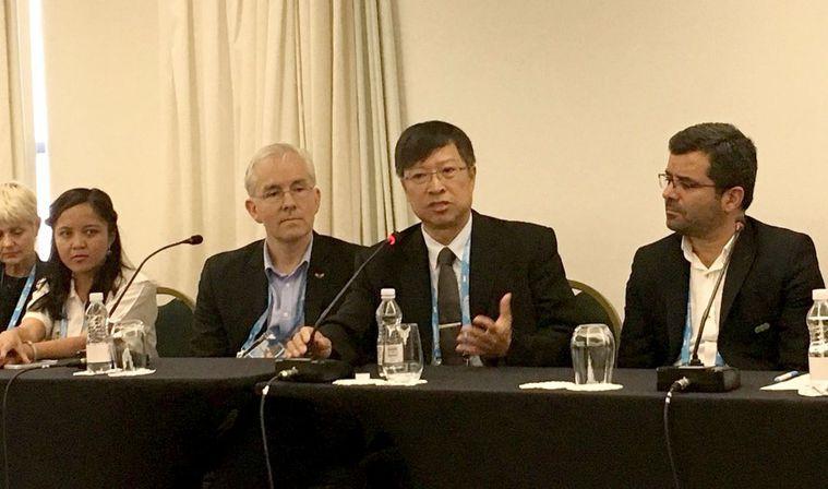 高雄醫學大學校長余明隆(右二)曾在世界衛生組織下的世界肝炎聯盟國際會議,分享台灣...