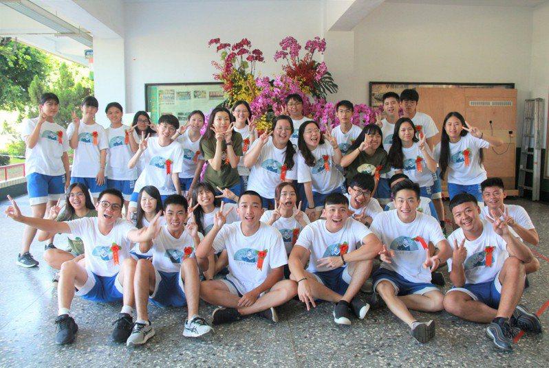 台南市私立南光高中今天畢業典禮,響應農委會協助花農,以千株蘭花布置會場。圖/南光高中提供