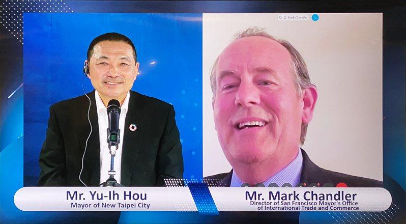 新北市長侯友宜(左)透過視訊會議提供疫情後重啟經驗,右為舊金山市長辦公室主任馬克.錢德勒(Mark Chandler)。圖/新北市秘書處提供