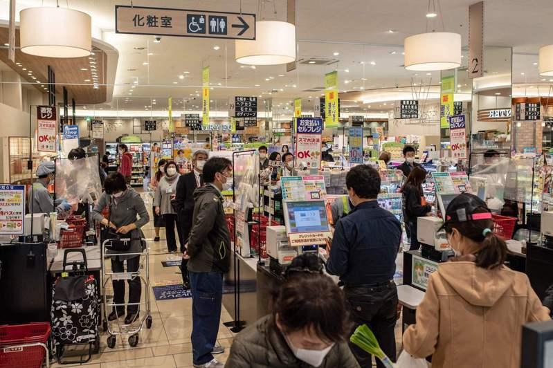 日本政府規定7月1日起零售業不得提供免費的薄塑膠袋。法新社