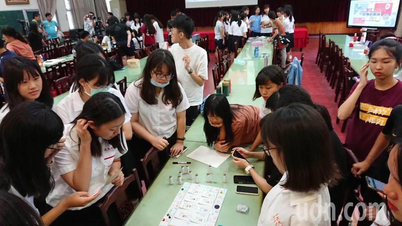 台南女中用桌遊設計課程內容,展現數位深耕計畫的學習成果。記者鄭惠仁/攝影