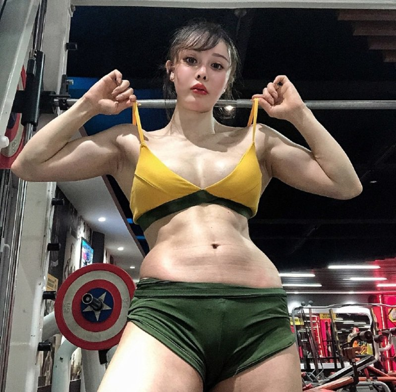 大陸網紅袁合榮懷孕6個月時的外型。圖/袁合榮微博