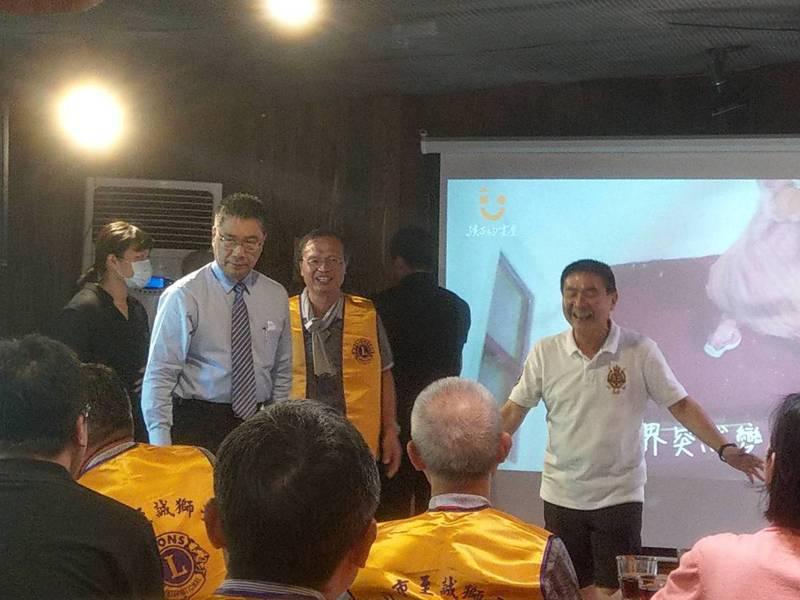 內政部長徐國勇(左)今天下午偕台北市至誠獅子會獅友參訪台東「孩子的書屋」所經營的黑孩子咖啡館。記者尤聰光/攝影