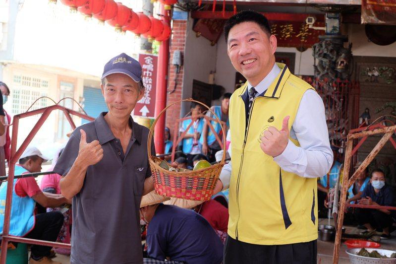 雲林地檢署檢察長洪家原(右)贈送更生人親手栽種的木瓜給社區。記者蔡維斌/攝影