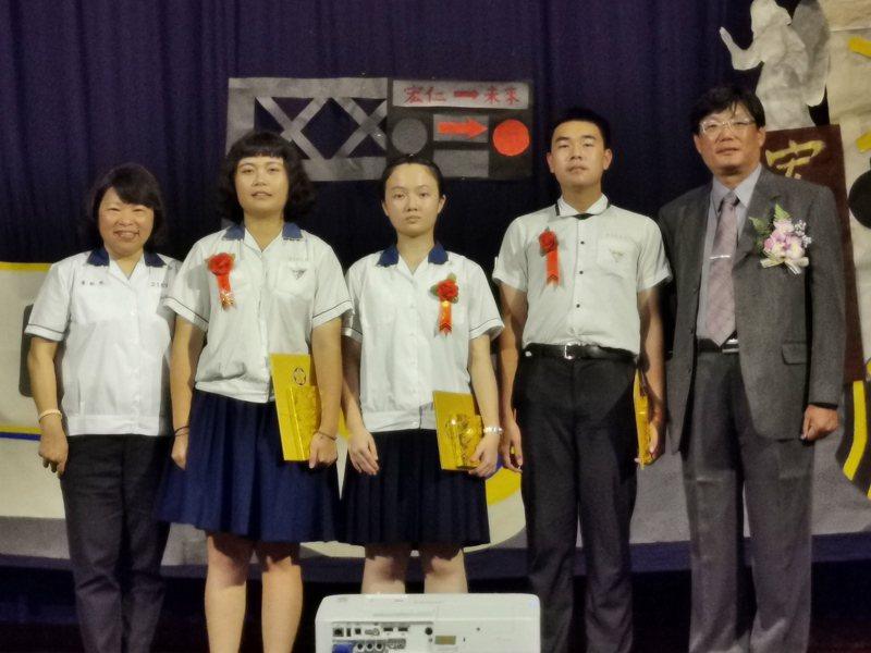 黃敏惠(左一)今天穿著學生制服,參加宏仁女中畢業典禮,頒發市長獎給三位得獎者。記者卜敏正/攝影