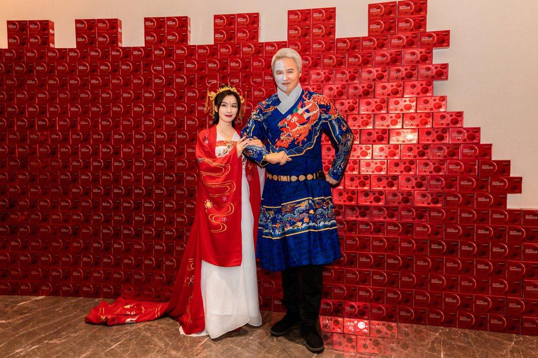 張庭(左)和老公林瑞陽穿古裝慶祝50大壽生日。 圖/TST提供