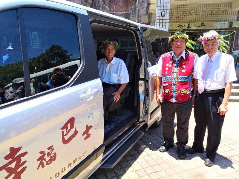 交通部公路總局的兩輛「幸福巴士」,今天開進屏東縣牡丹鄉旭海村,讓旭海阿伯林春浦放心交棒。 記者潘欣中/攝影