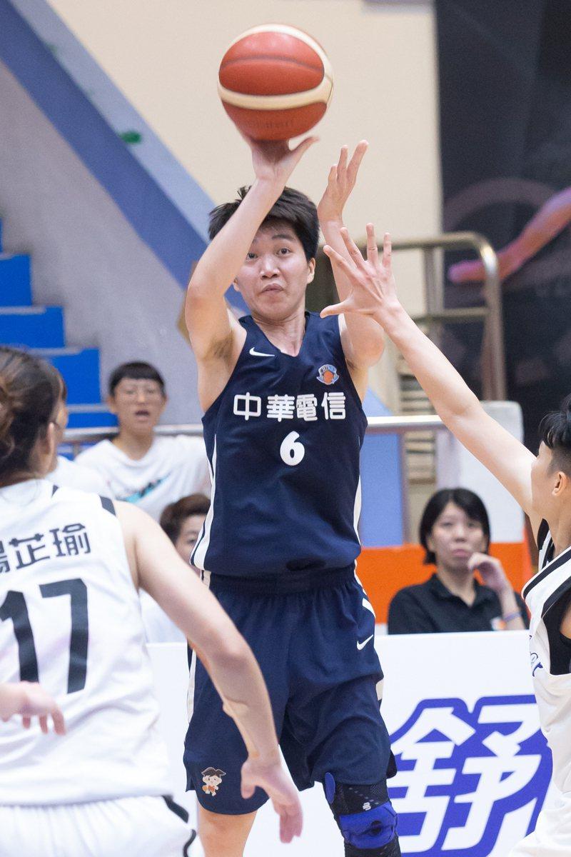 中華電信隊徐千惠(中)拿下18分,幫助球隊擊敗台電隊拿下季軍。記者季相儒/攝影